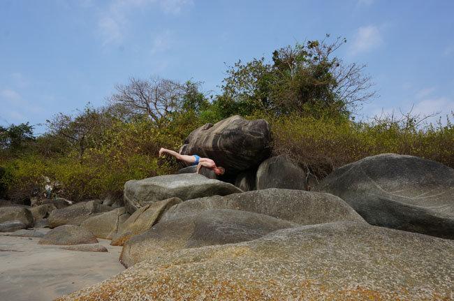 Йога везде! Маюрасана на камнях