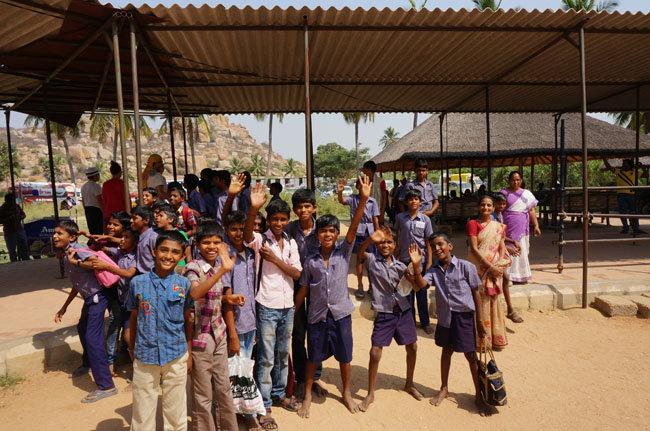 Жизнерадостные школьники Индии шлют вам горячий привет!