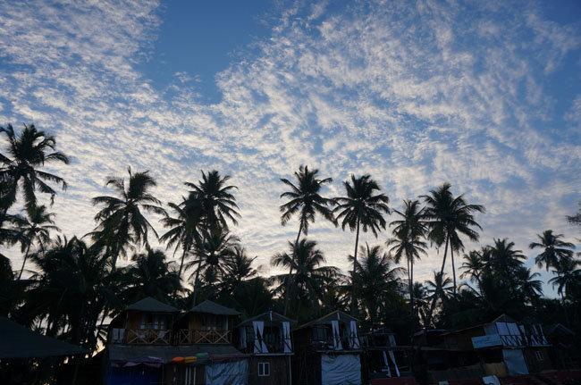 Пляжные домики на Гоа и красивое рассветное небо